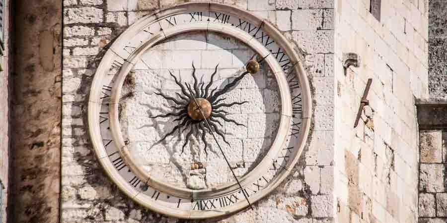 Reloj de pared torre. relojes vintage pared. fotos de un reloj. foto de un reloj